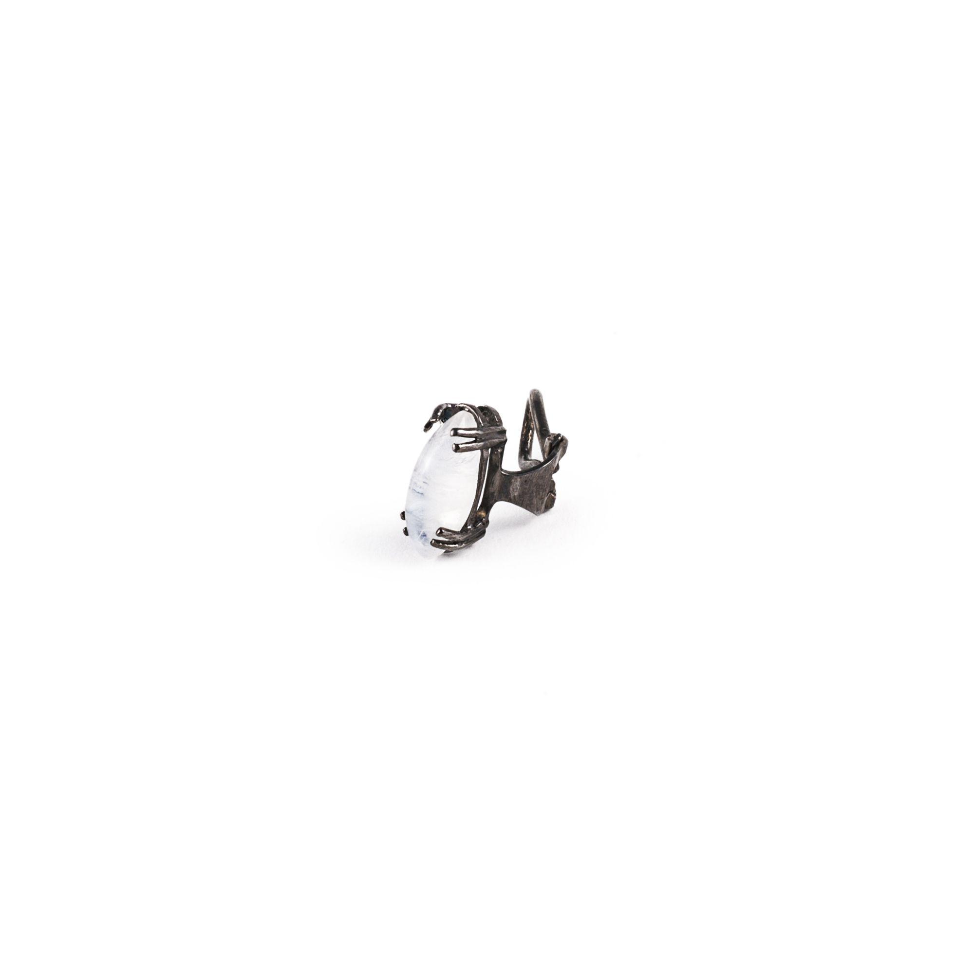 Mono orecchino con pietra di luna Orecchino in argento rodiato con pietra