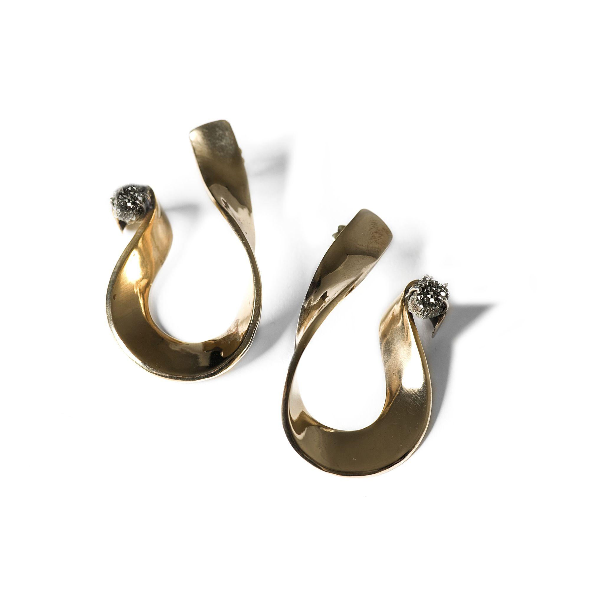 Orecchini 'Nastri' grandi con drusa Orecchini in bronzo e agata cristallizzata