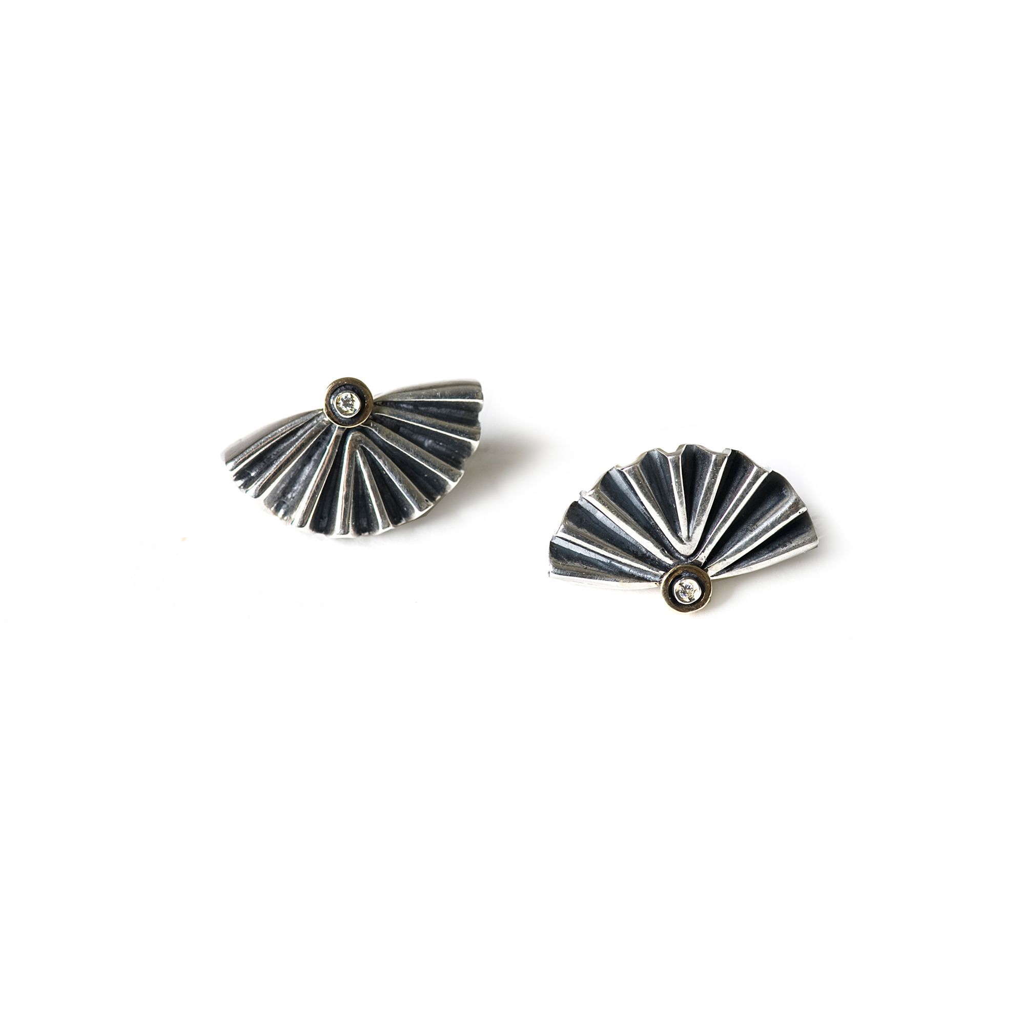 Orecchino mezzo 'Ventaglio' piccolo Orecchini in argento e zaffiro bianco