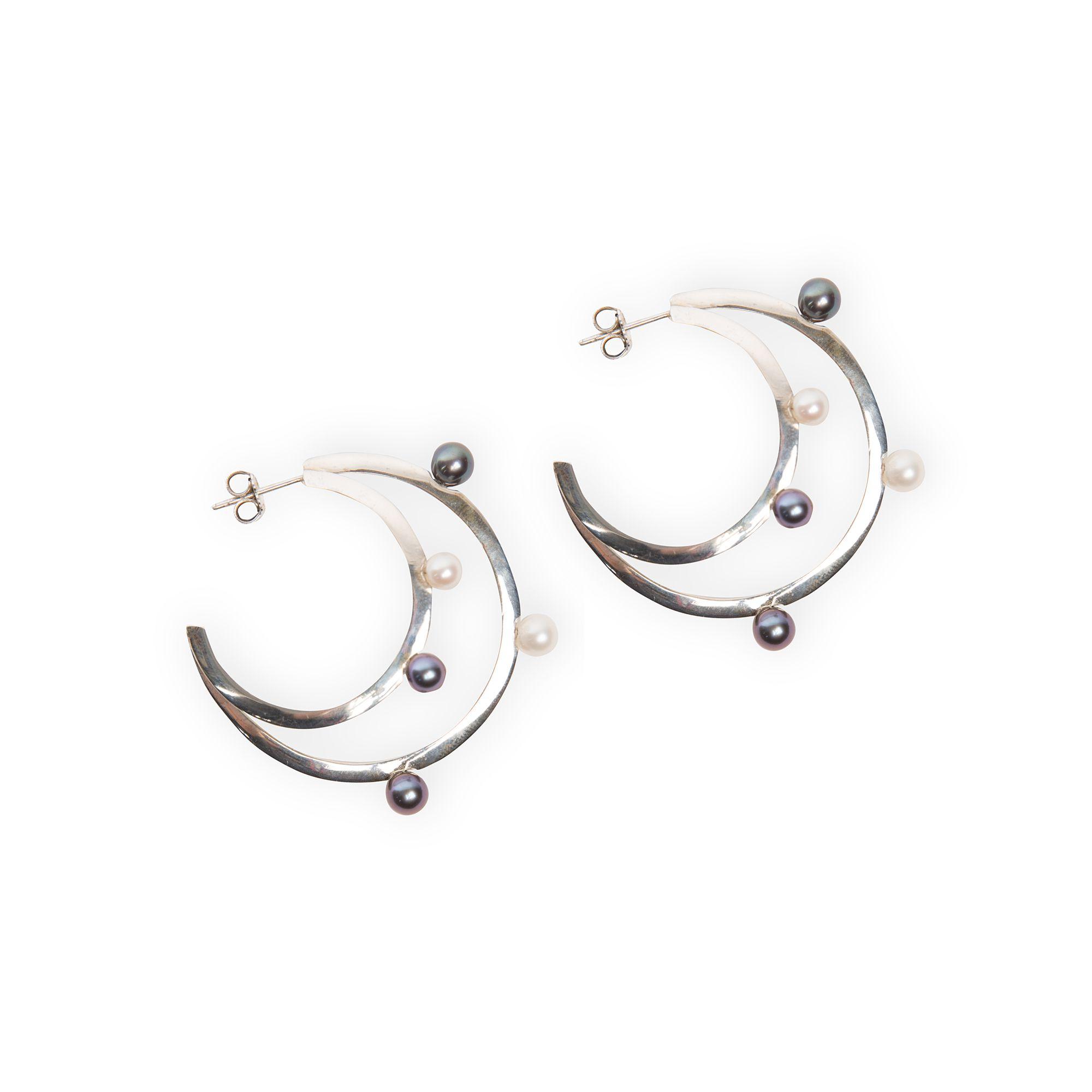 Doppio cerchio con perle Orecchino cerchio in argento e perle bianche e grigie